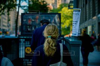 通りを歩く女性の写真・画像素材[807959]