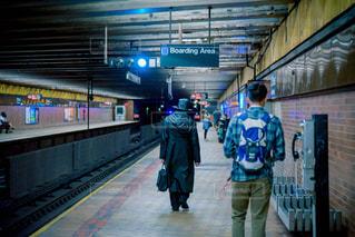 駅に立っている人のグループの写真・画像素材[807963]
