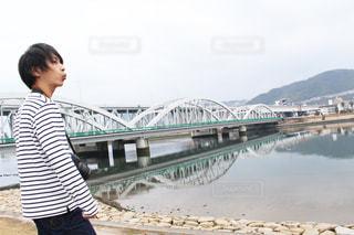 水の体の上、橋の上に立っている人の写真・画像素材[807966]