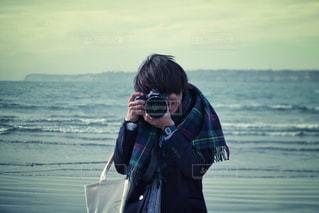 水の体の前に立っている男の写真・画像素材[807967]
