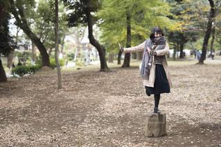 未舗装の道路を歩く人の写真・画像素材[807974]