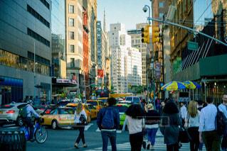 忙しい街の通りを歩いて人々 のグループの写真・画像素材[807979]