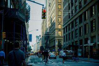 トラフィック ライト横の通りを歩く人々 のグループの写真・画像素材[807980]