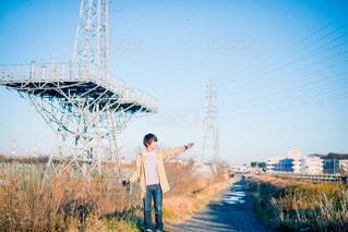 凧の飛行橋に立っている人の写真・画像素材[807990]