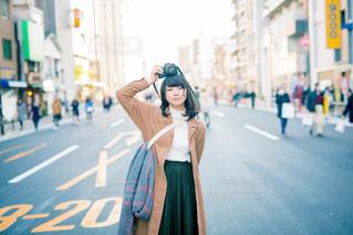 通りを歩いている人の写真・画像素材[807997]