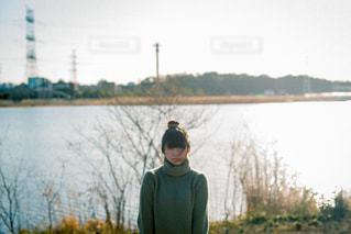 湖の前に立っている女性の写真・画像素材[807998]
