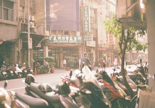 台湾 台北の朝 バイク群の写真・画像素材[1113478]