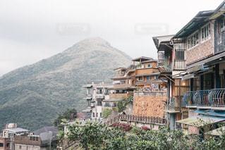 背景の山と建物の写真・画像素材[1113522]