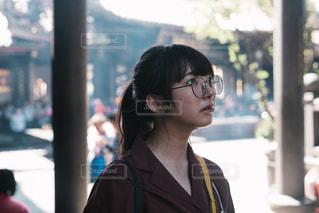 建物の前に立っている女性の写真・画像素材[1113681]