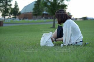 草の上に座っている人対象フィールドの写真・画像素材[1141327]