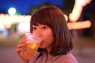 ガラスから飲む人の写真・画像素材[1141331]