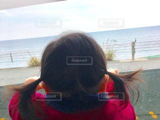 車から海を見る赤ちゃんの写真・画像素材[758009]