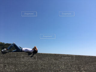 昼寝する男の写真・画像素材[758016]