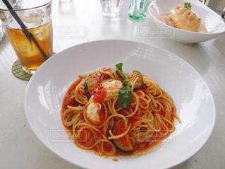 近くのテーブルの上に食べ物のプレートの写真・画像素材[758288]