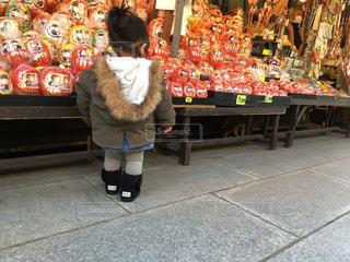 店の前に座っている子どもの写真・画像素材[956783]
