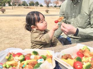 お弁当を食べる子供の写真・画像素材[1058275]