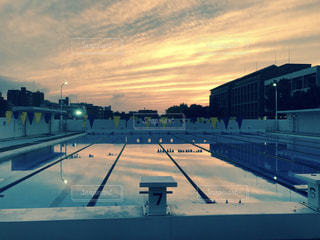 夕焼けとプールの写真・画像素材[757989]