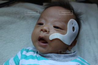 近くに赤ちゃんのアップの写真・画像素材[772952]
