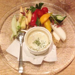テーブルの上に食べ物のプレートの写真・画像素材[761200]