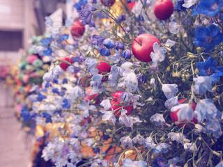 りんごと花の写真・画像素材[1020960]
