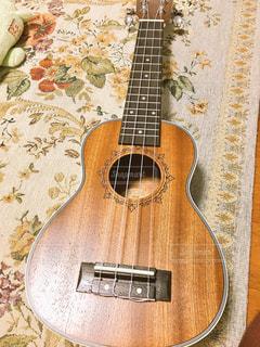 近くにギターのアップの写真・画像素材[852194]