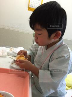 入院中おやつを食べる子供 - No.789767
