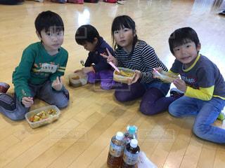 カレーライスを食べている幼児のグループの写真・画像素材[878584]