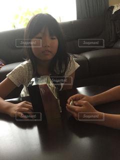 女の子はスロットが好きの写真・画像素材[900437]