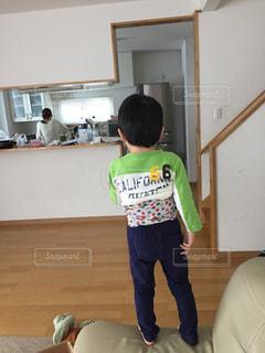部屋に立っている小さな男の子の写真・画像素材[1010517]