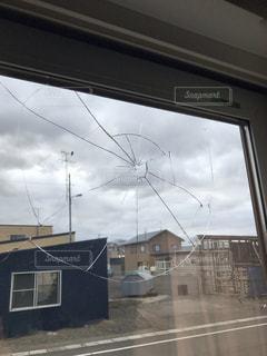 外から割れた窓ガラスの写真・画像素材[2681654]