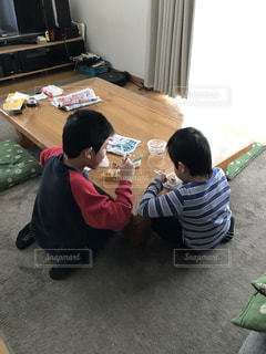 テーブルの角でデザートを食べる兄弟の写真・画像素材[2952448]