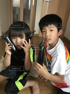 携帯電話で話している小さな男の子の写真・画像素材[3621360]