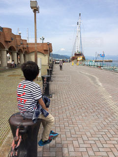 歩道に立っている人の写真・画像素材[759724]
