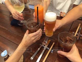 ワイングラスを持つテーブルに着席した人の写真・画像素材[759734]