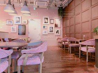 部屋の家具やテーブルでいっぱいの写真・画像素材[1626003]