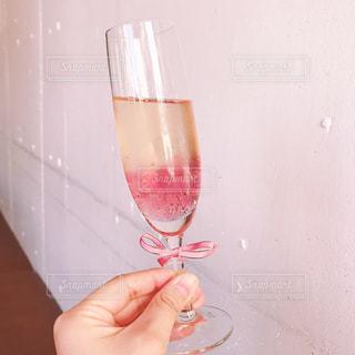 グラスを持つ手の写真・画像素材[1626005]