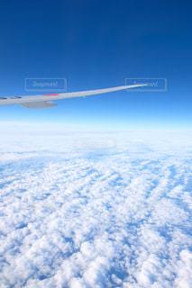 空を飛んでいる飛行機の写真・画像素材[1626022]
