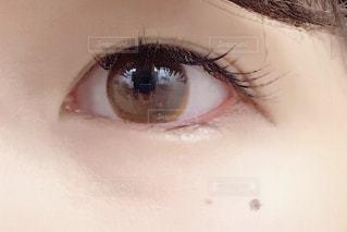 近くに人の顔のアップの写真・画像素材[1696185]