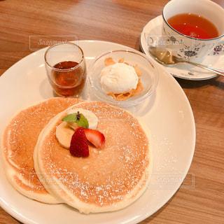 食品とコーヒーのカップのプレートの写真・画像素材[1696283]
