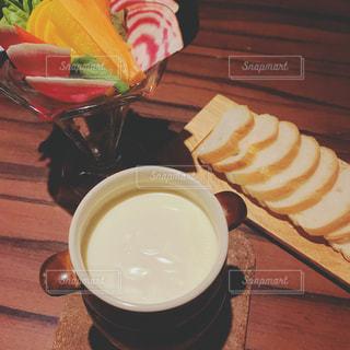 木製のテーブルの上に座ってコーヒー カップの写真・画像素材[1696290]