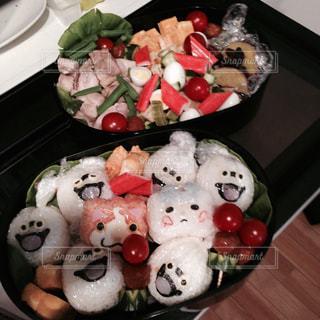 テーブルの上に食べ物のトレイ - No.820033
