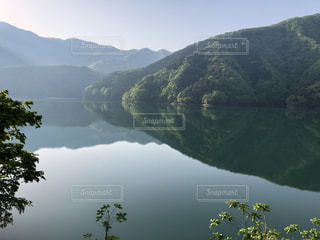 背景の山と水の大きな体の写真・画像素材[1152274]