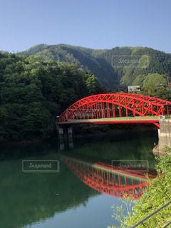 水の体の上を橋を渡る列車 - No.1152276