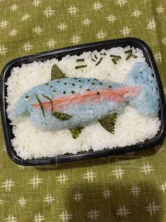 食べ物の皿の上に座っているケーキの一部の写真・画像素材[4069532]