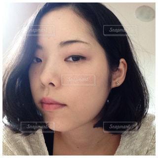 近くに黒い髪と白いシャツを着ている女性のの写真・画像素材[765050]