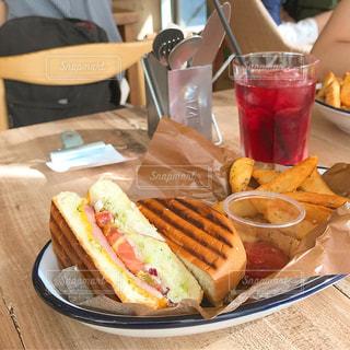 サンドイッチとクランベリージュースの写真・画像素材[1417865]