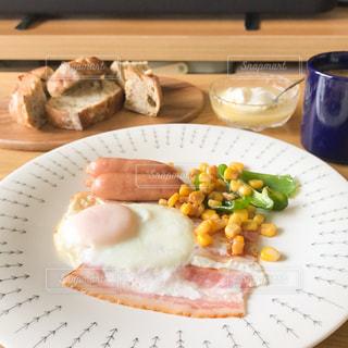 テーブルの上の朝ご飯の写真・画像素材[2444903]