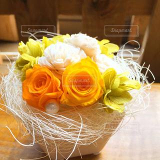 テーブルの上の花の写真・画像素材[853092]
