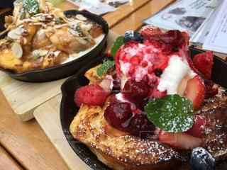 木製のテーブルの上に食べ物のプレートの写真・画像素材[942832]