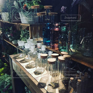 テーブルにガラスの瓶のグループの写真・画像素材[945318]